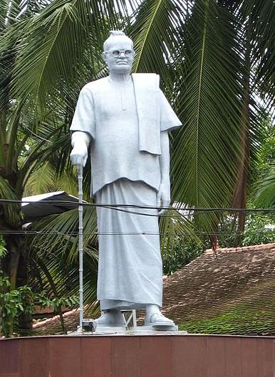 File:Mannam Statue, Vaikom cropped.JPG