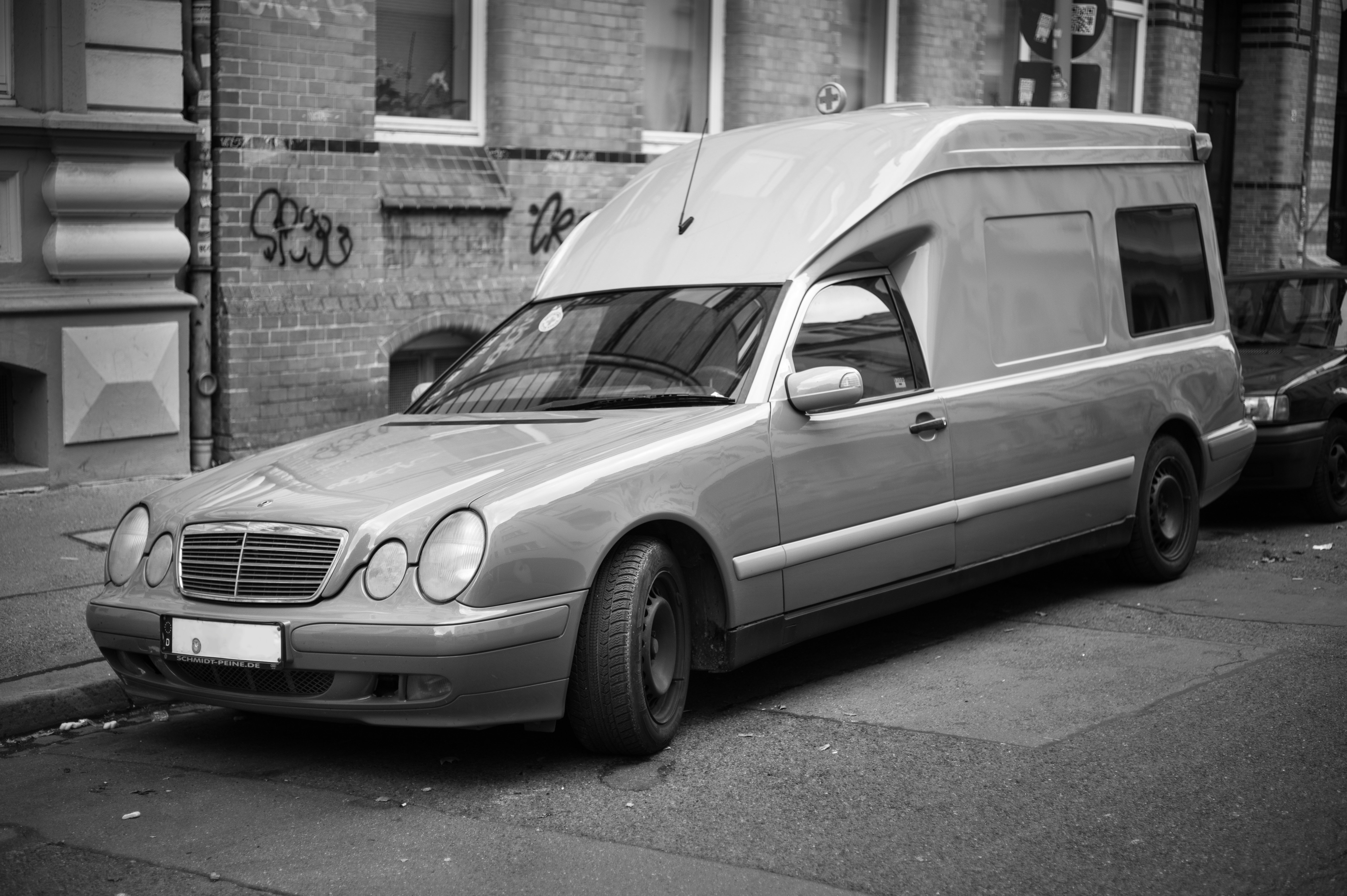 file mercedes benz w210 binz station wagon ambulance car hannover germany wikimedia commons. Black Bedroom Furniture Sets. Home Design Ideas