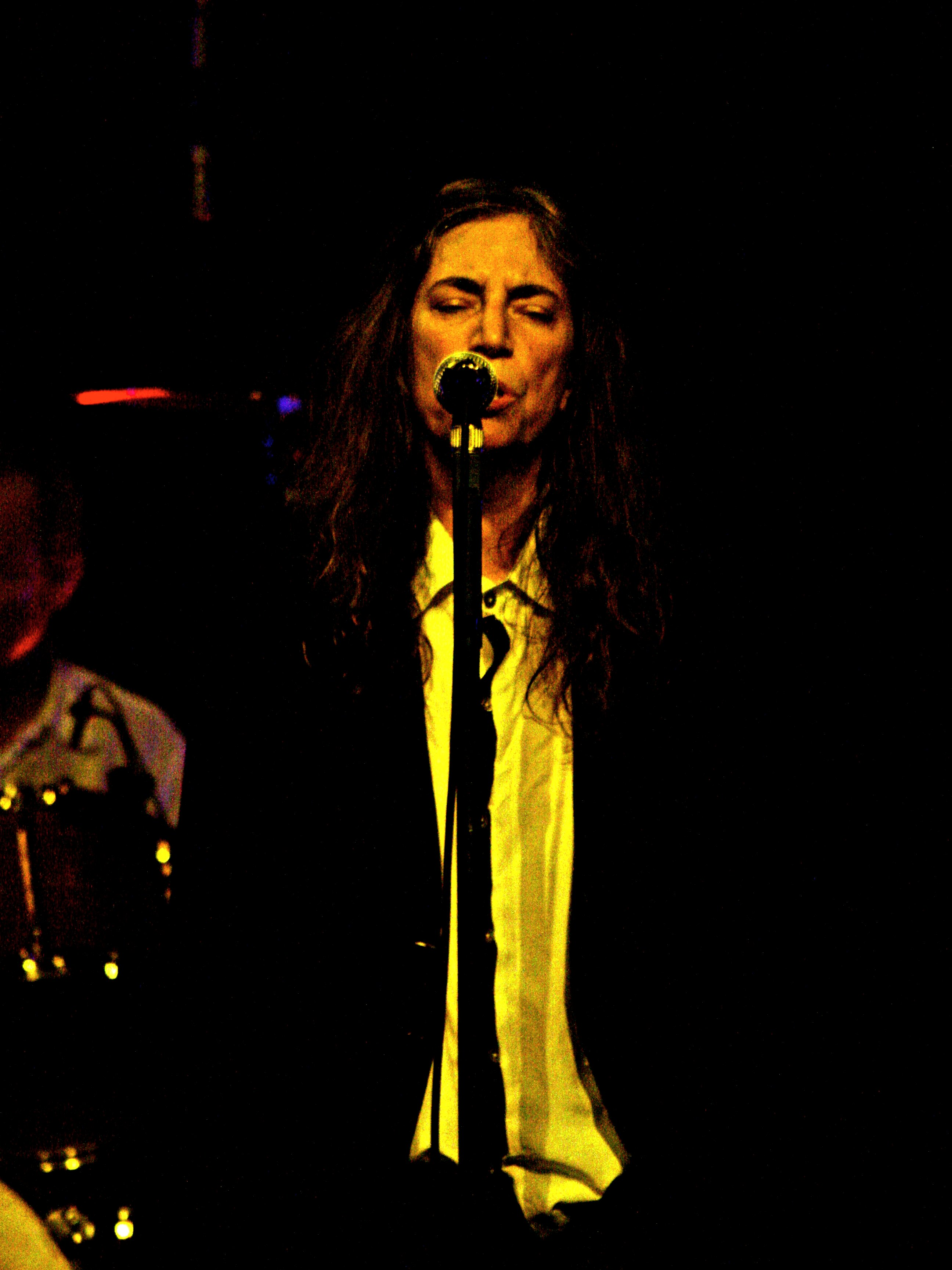 https://upload.wikimedia.org/wikipedia/commons/9/90/Patti_Smith_performing_at_Roundhouse%2C_London_%282%29.jpg
