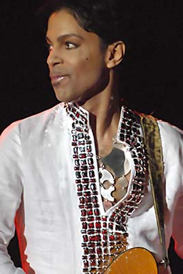 English: Prince performing at Coachella 2008.