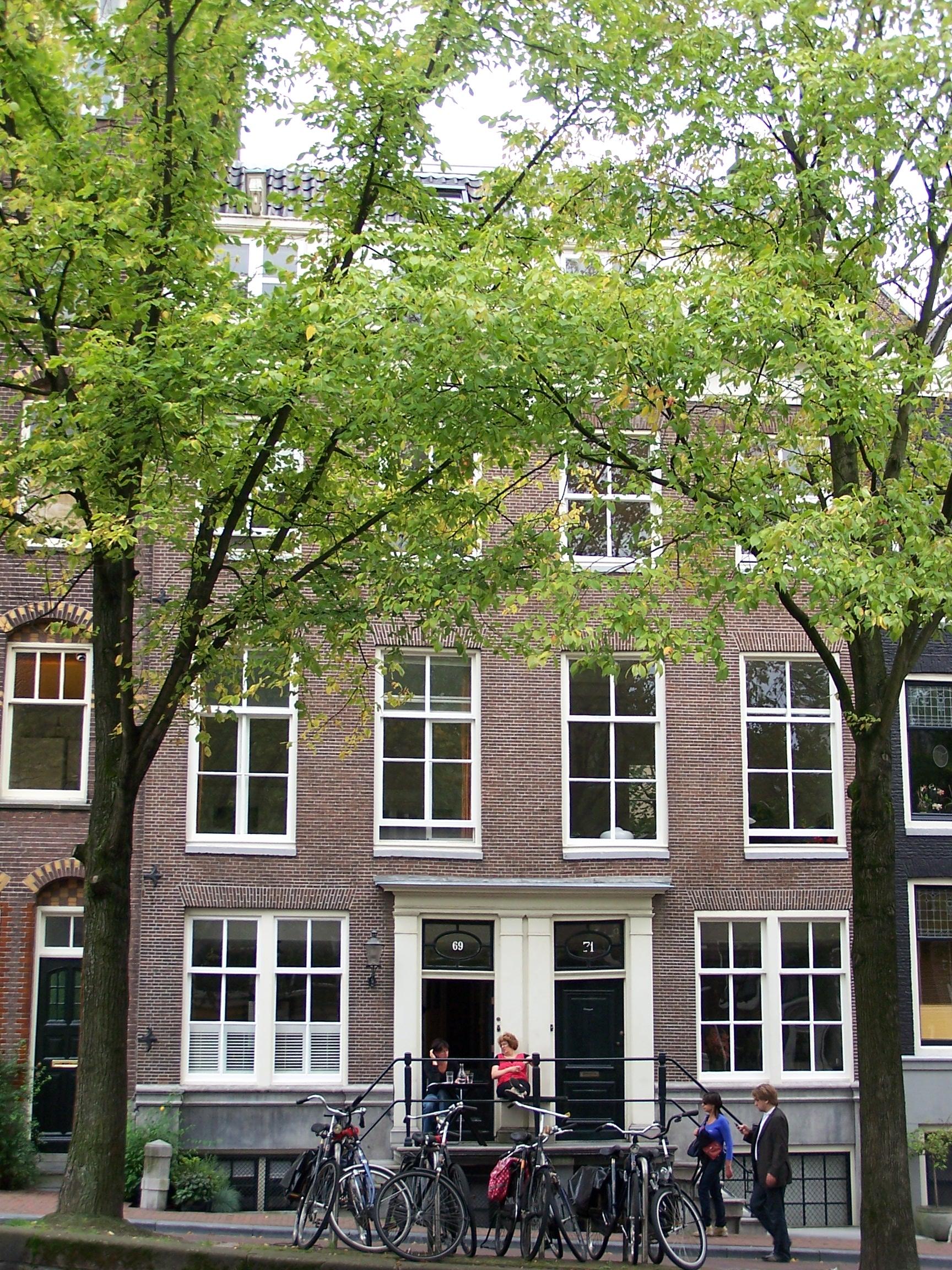 Huis achter gemeenschappelijke gevel met het nr 69 onder for Lijst inrichting huis