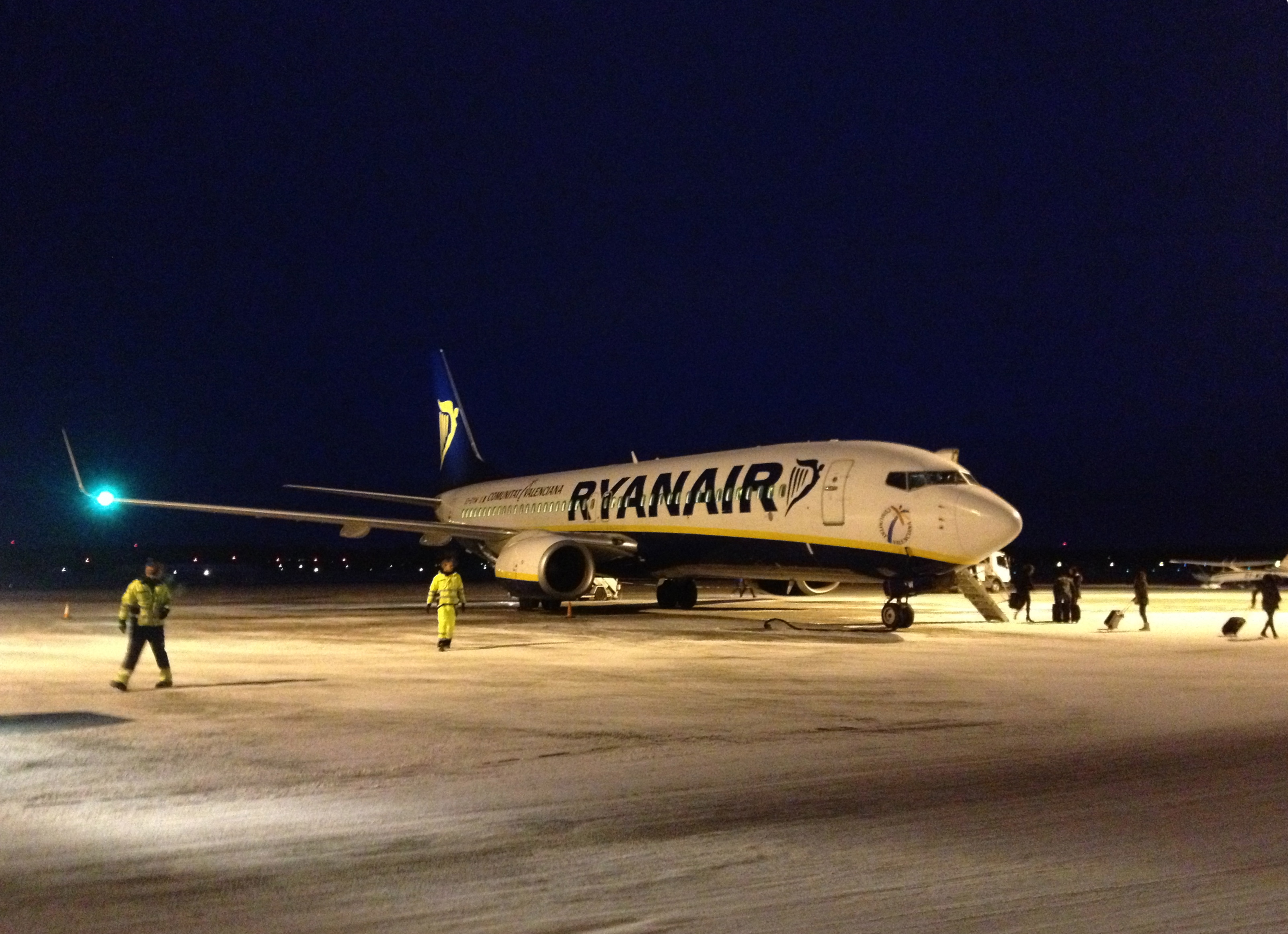 https://upload.wikimedia.org/wikipedia/commons/9/90/Ryanair_Boeing_737-800_at_Rygge_airport.JPG