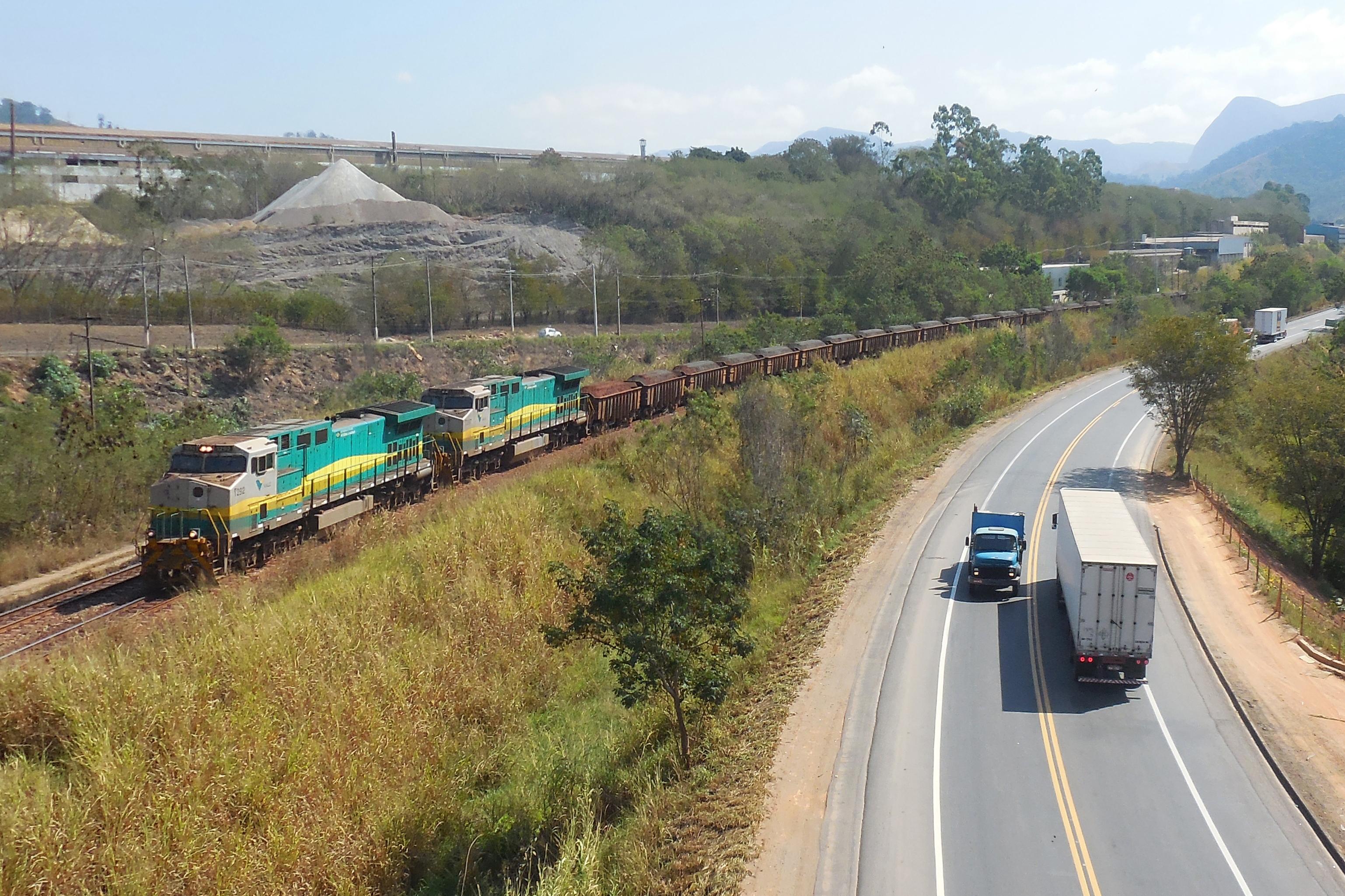 75bfa8d9a56 Composição da Vale transportando minério de ferro pela EFVM à esquerda da  BR-381 em Timóteo.