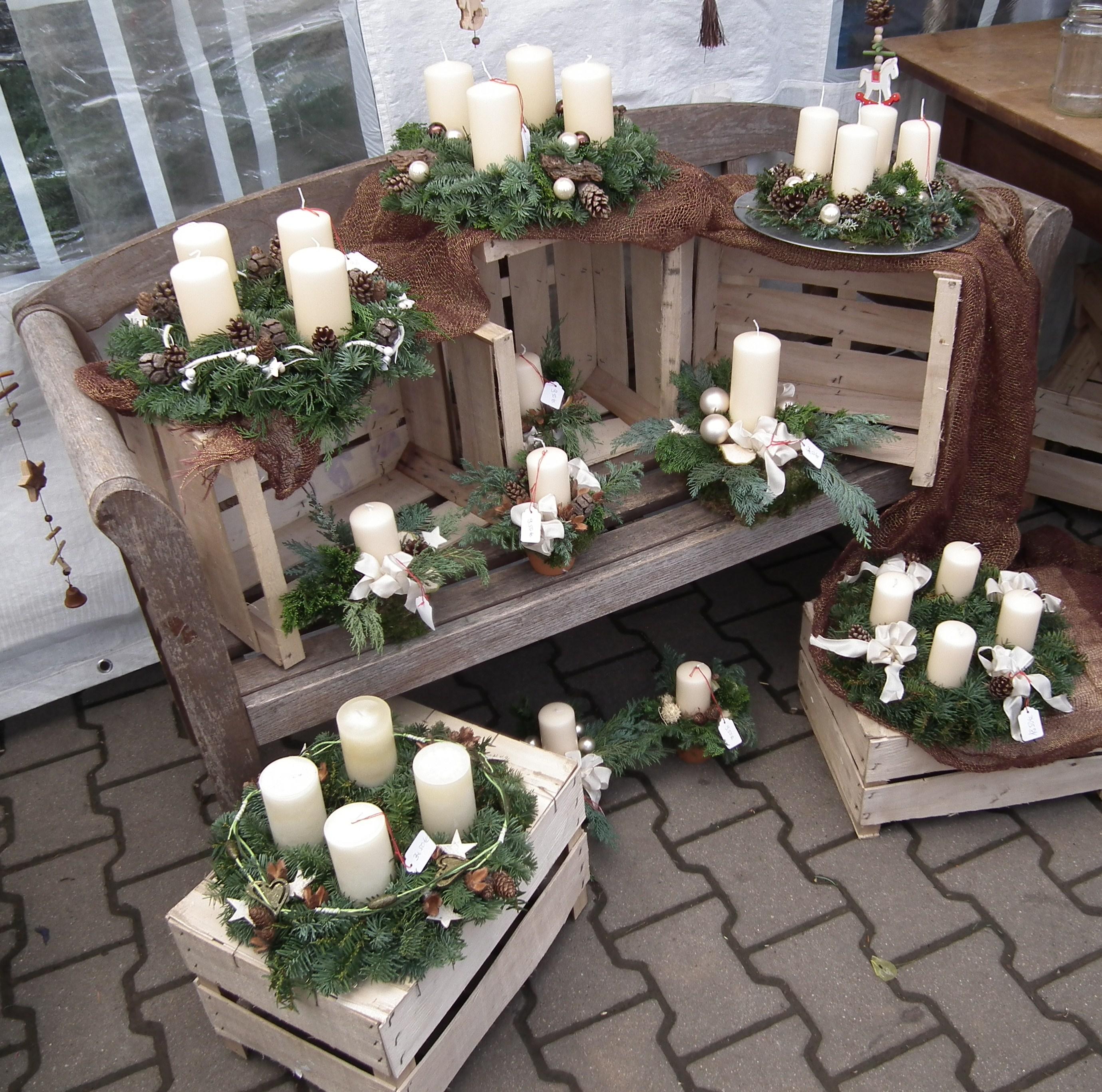 file wei e kerzen auf adventskr nzen jpg wikimedia commons. Black Bedroom Furniture Sets. Home Design Ideas