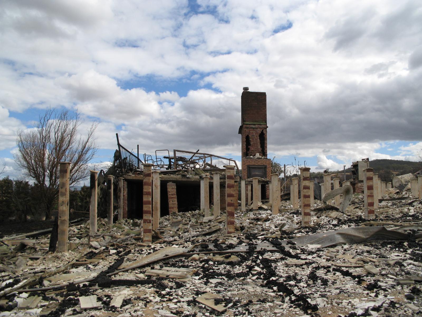 Brandskade in Yarra Glen, Victoria, ná die verwoestende veldbrande van 2009