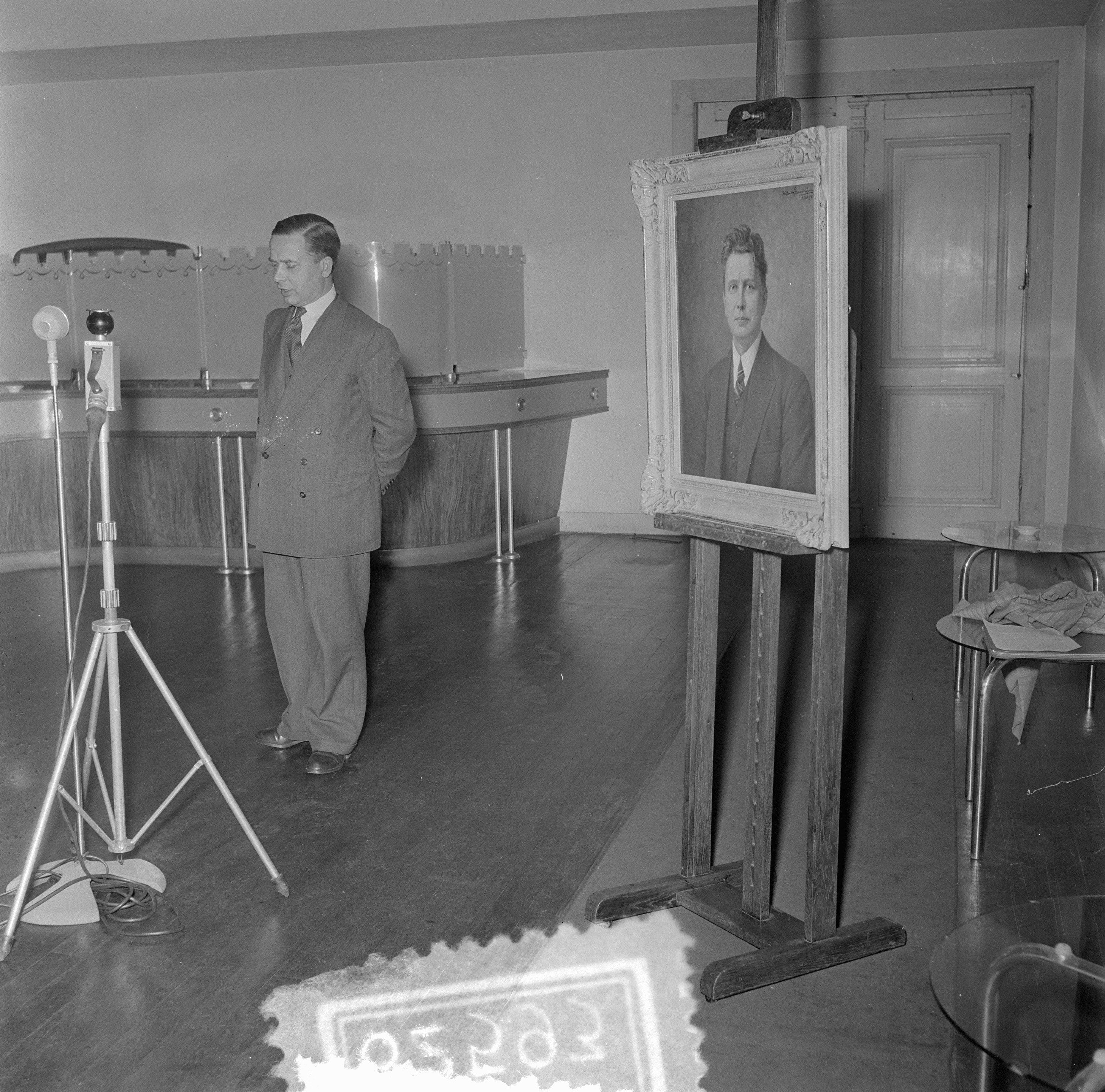File:Aanbieding portret van Evert Cornelis aan Conertgebouw, Bestanddeelnr  906-2593.jpg