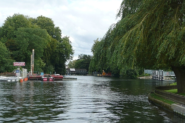 Above Shepperton Lock - geograph.org.uk - 948841