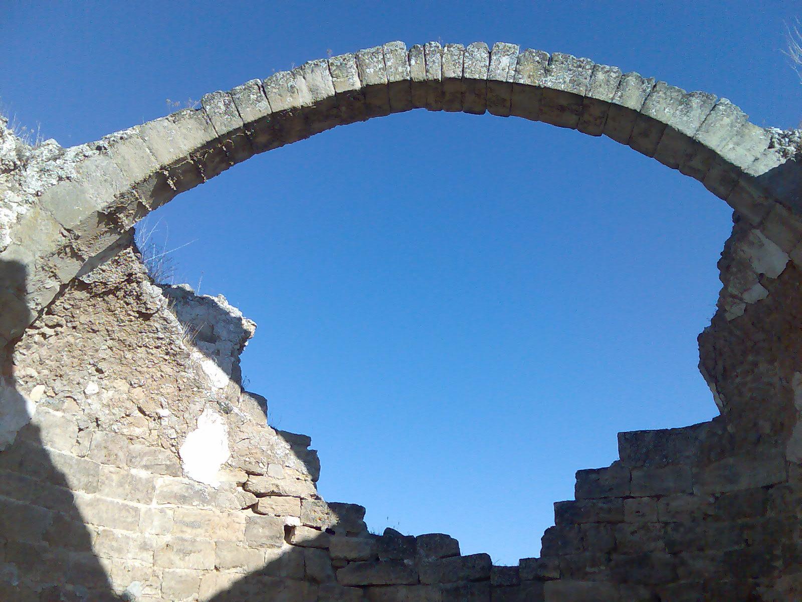 Arco románico en el Parque Arqueológico de Recópolis