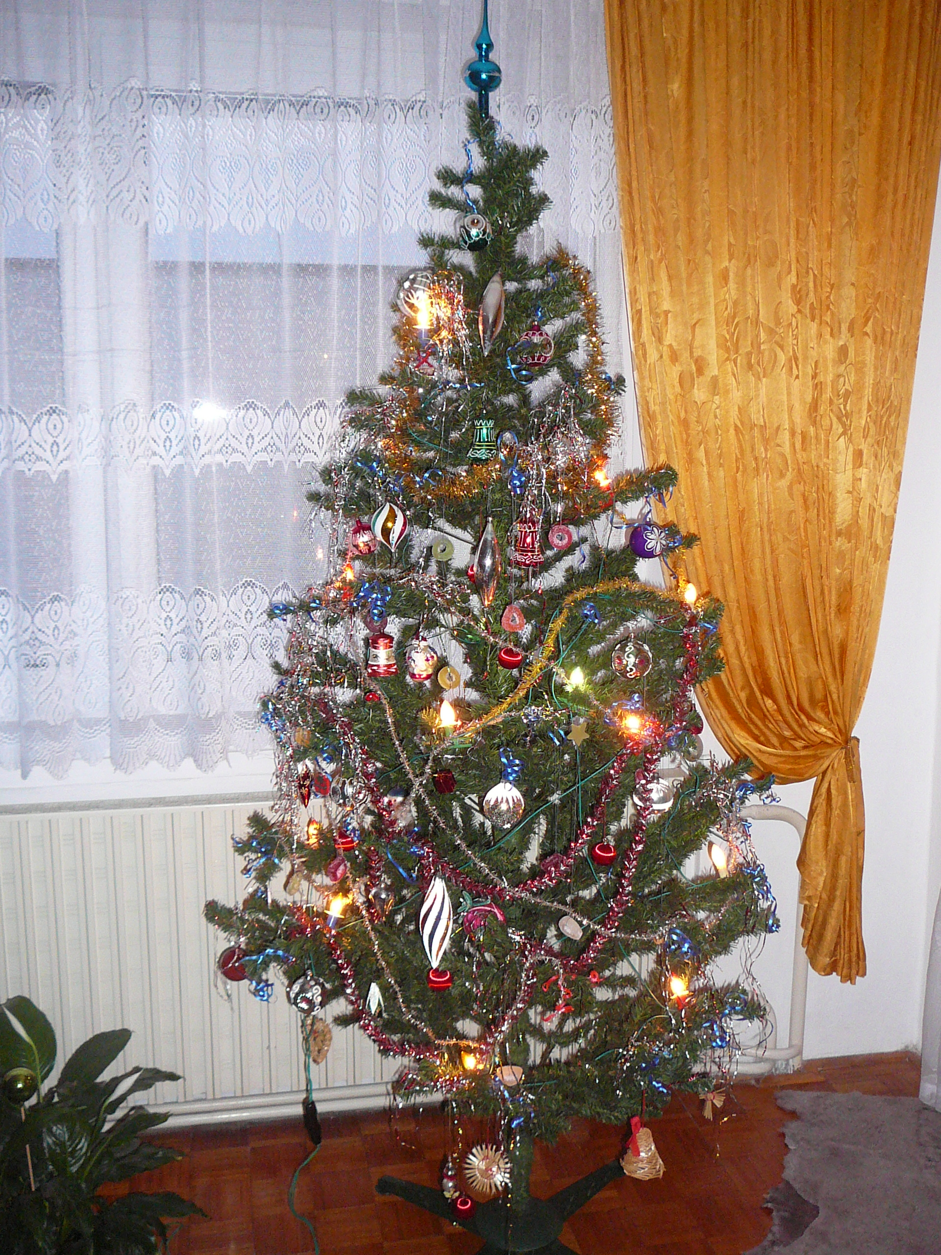 File:Artificial Christmas tree.jpg - Wikimedia Commons