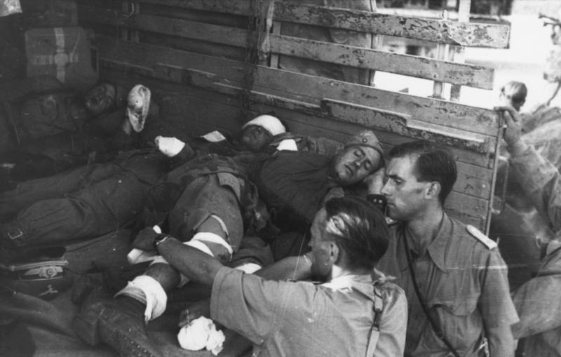 اغاره Gran Sasso ...تحرير الكوماندوس الألماني للزعيم الفاشي موسوليني من سجنه  Bundesarchiv_Bild_101I-567-1503-19%2C_Gran_Sasso%2C_verletzte_Fallschirmj%C3%A4ger