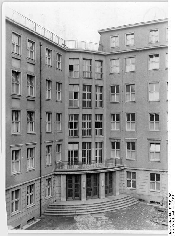 http://upload.wikimedia.org/wikipedia/commons/9/91/Bundesarchiv_Bild_183-56301-0001%2C_Berlin%2C_Krankenhaus%2C_Charit%C3%A9%2C_Hautklinik.jpg