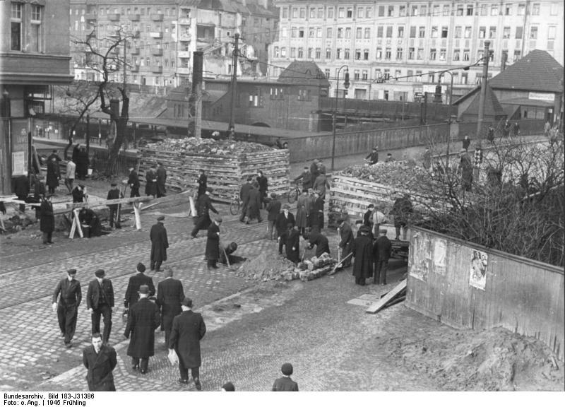Bundesarchiv Bild 183-J31386, Berlin, Bau von Straßensperren.jpg