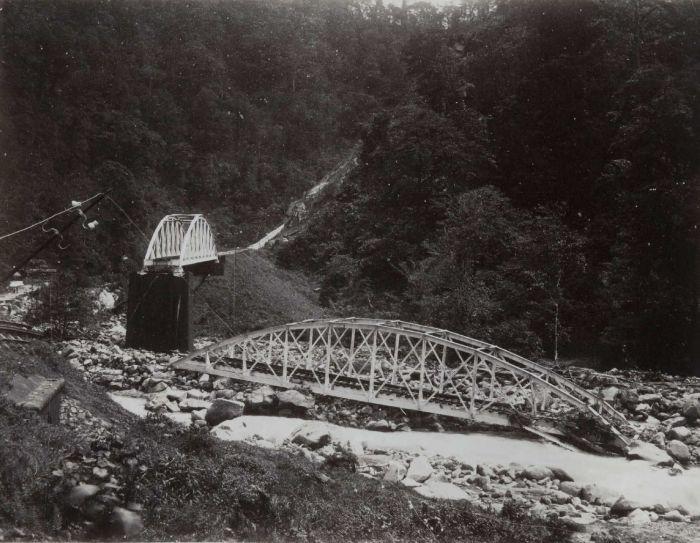 COLLECTIE TROPENMUSEUM IJzeren spoorbruggen na een verwoestende rivieroverstroming (banjir) Anai-kloof TMnr 60054632
