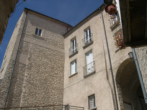 File:Campobasso Palazzo mazzarotta.jpg
