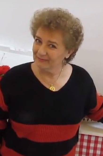 How is she quien es ella alguien me puede decir - 5 3
