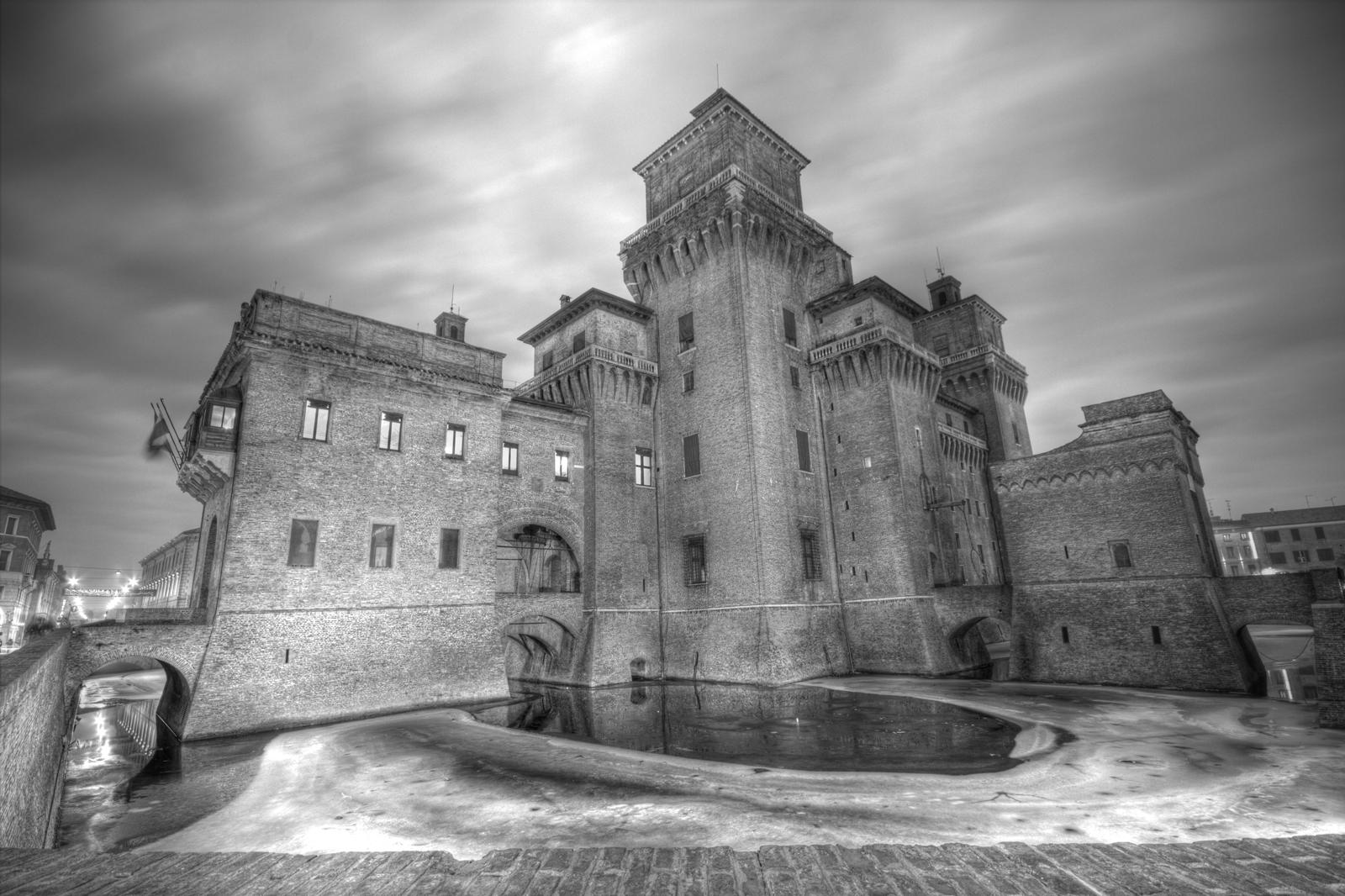 File castello estense e il suo fossato for Suo e suo armadio