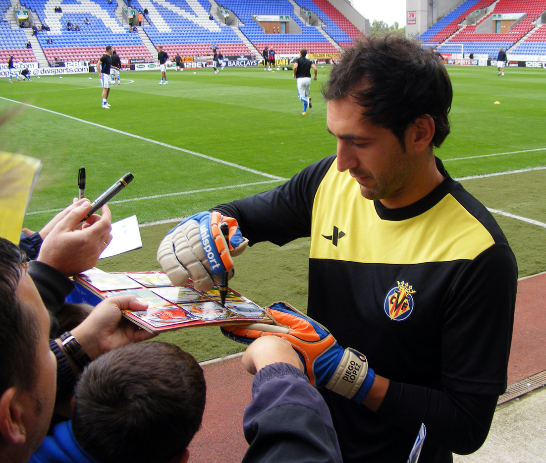File:Diego Lopez autograph signing, Wigan Athletic v Villarreal CF, 7 August 2011.jpg