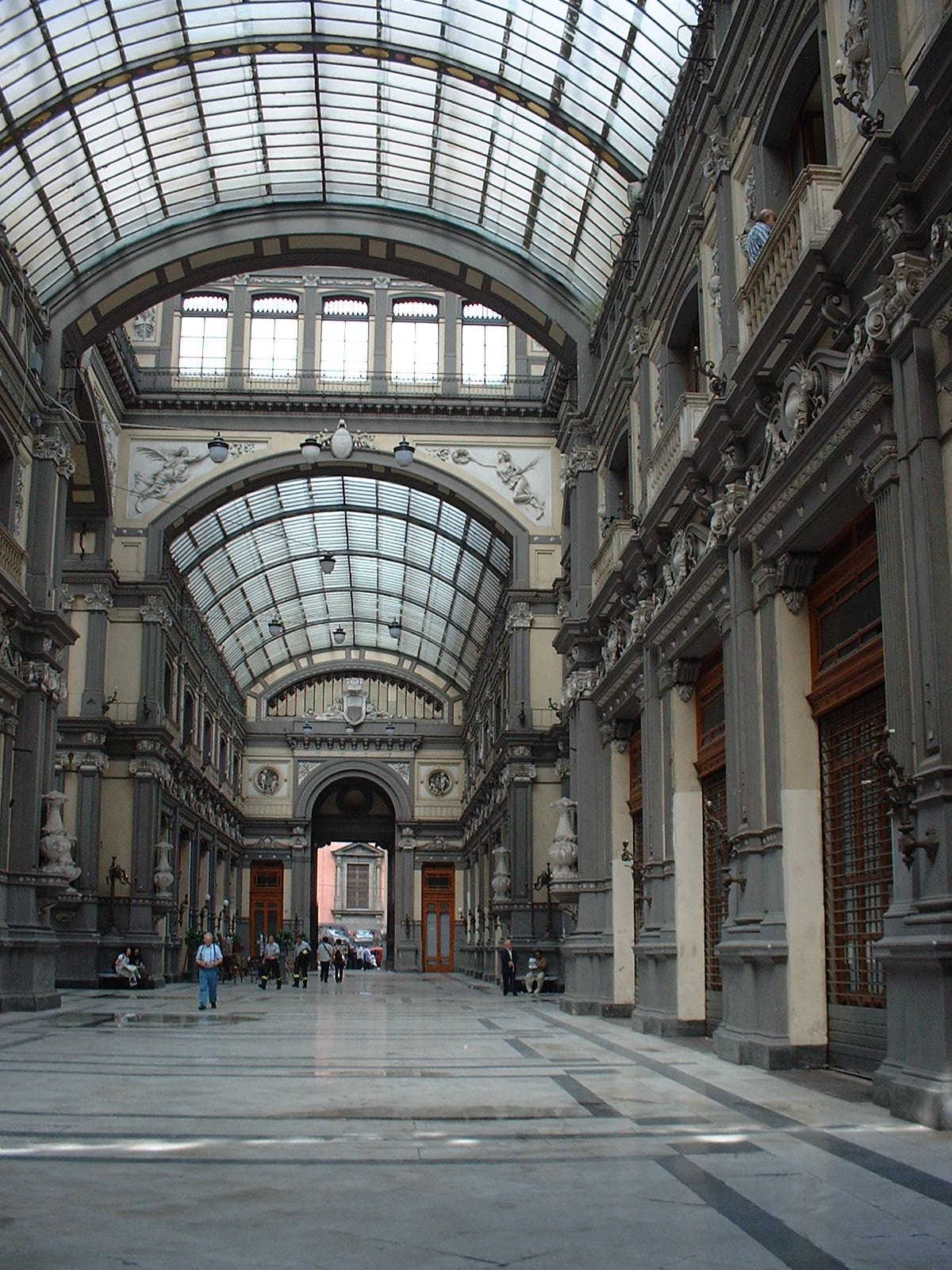 http://upload.wikimedia.org/wikipedia/commons/9/91/Galleria_Principe_di_Napoli%2C_2002.jpg