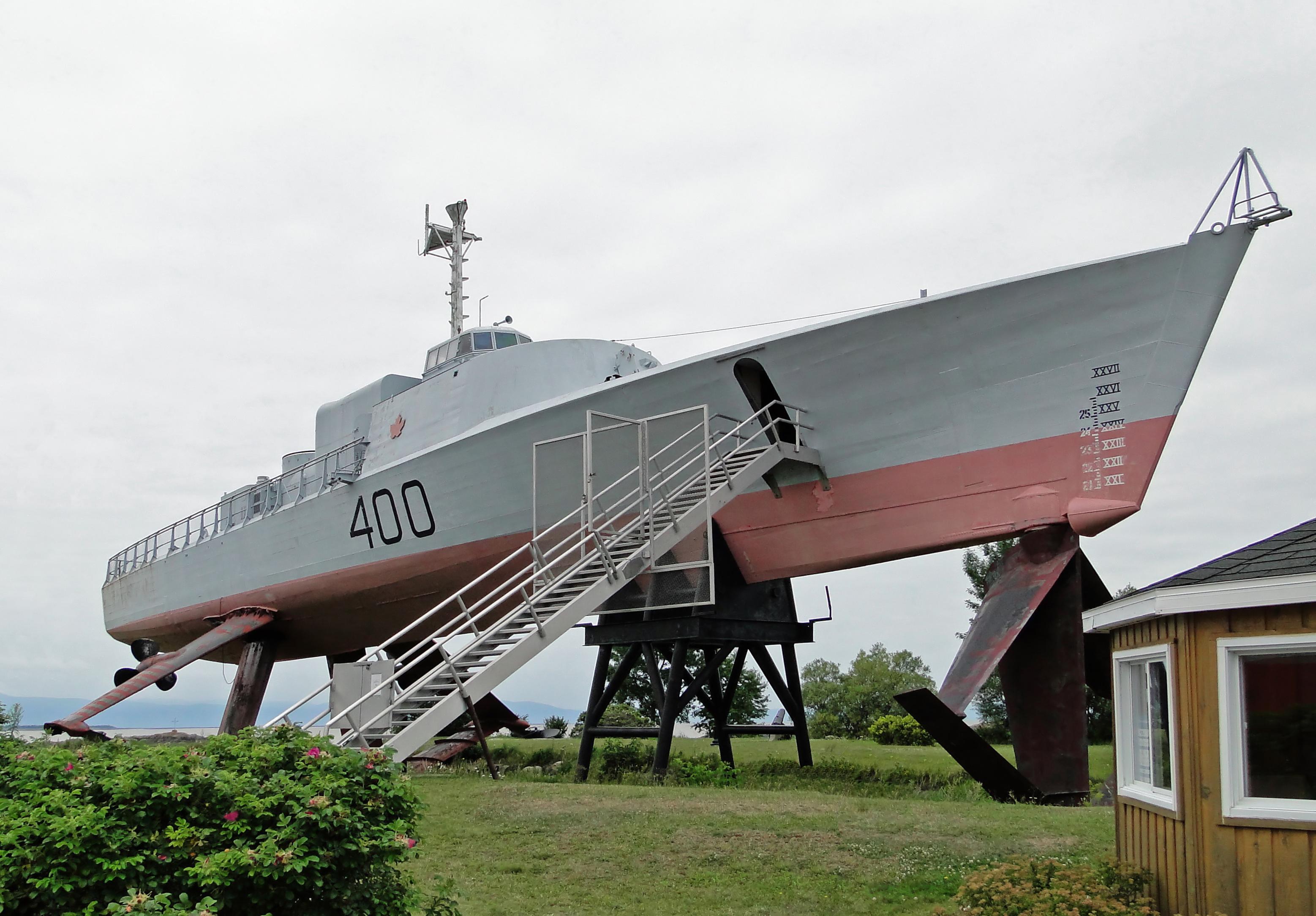 HMCS_Bras_d'Or_03.jpg