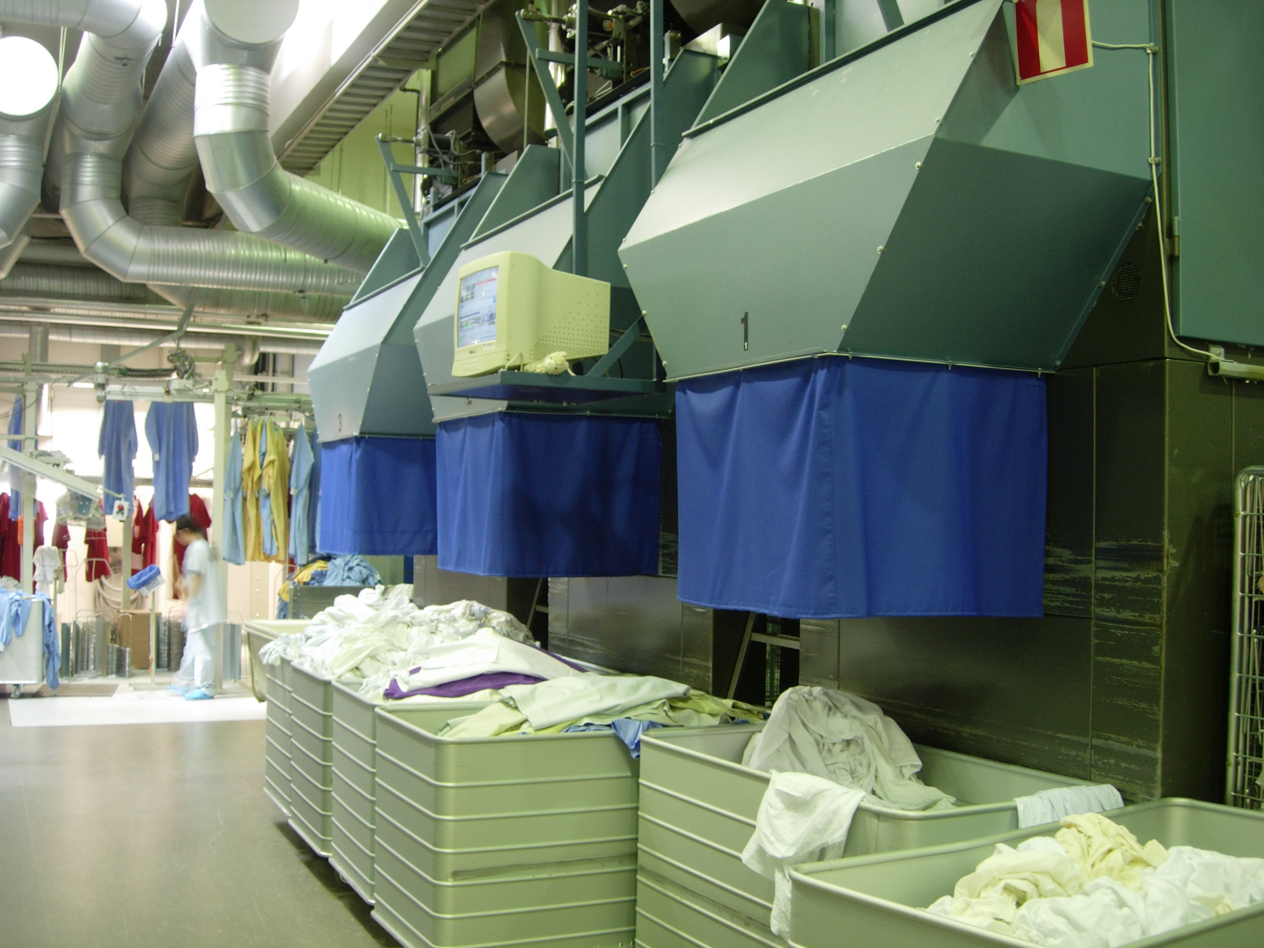 File:Industrial laundry linen press, exit.jpg - Wikimedia ...