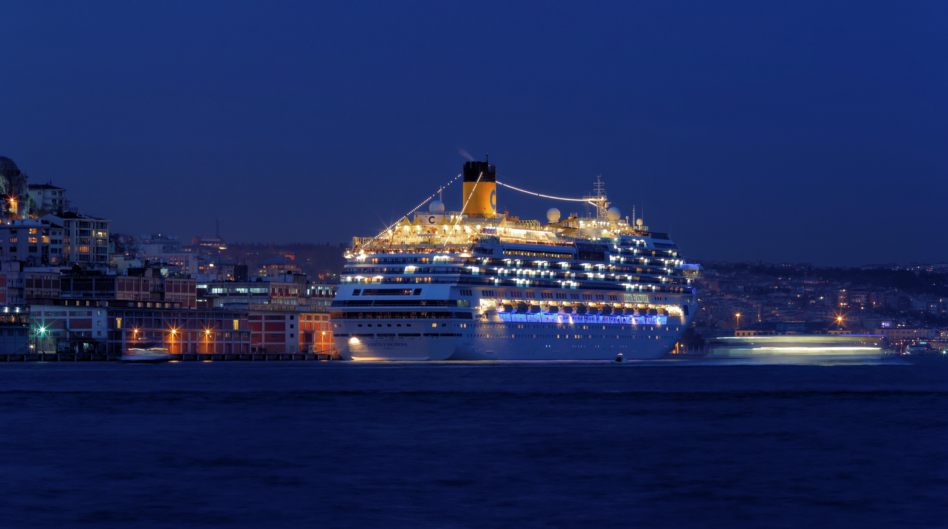 File istanbul bosphorus cruise ship costa fascinosa img for Costa fascinosa wikipedia