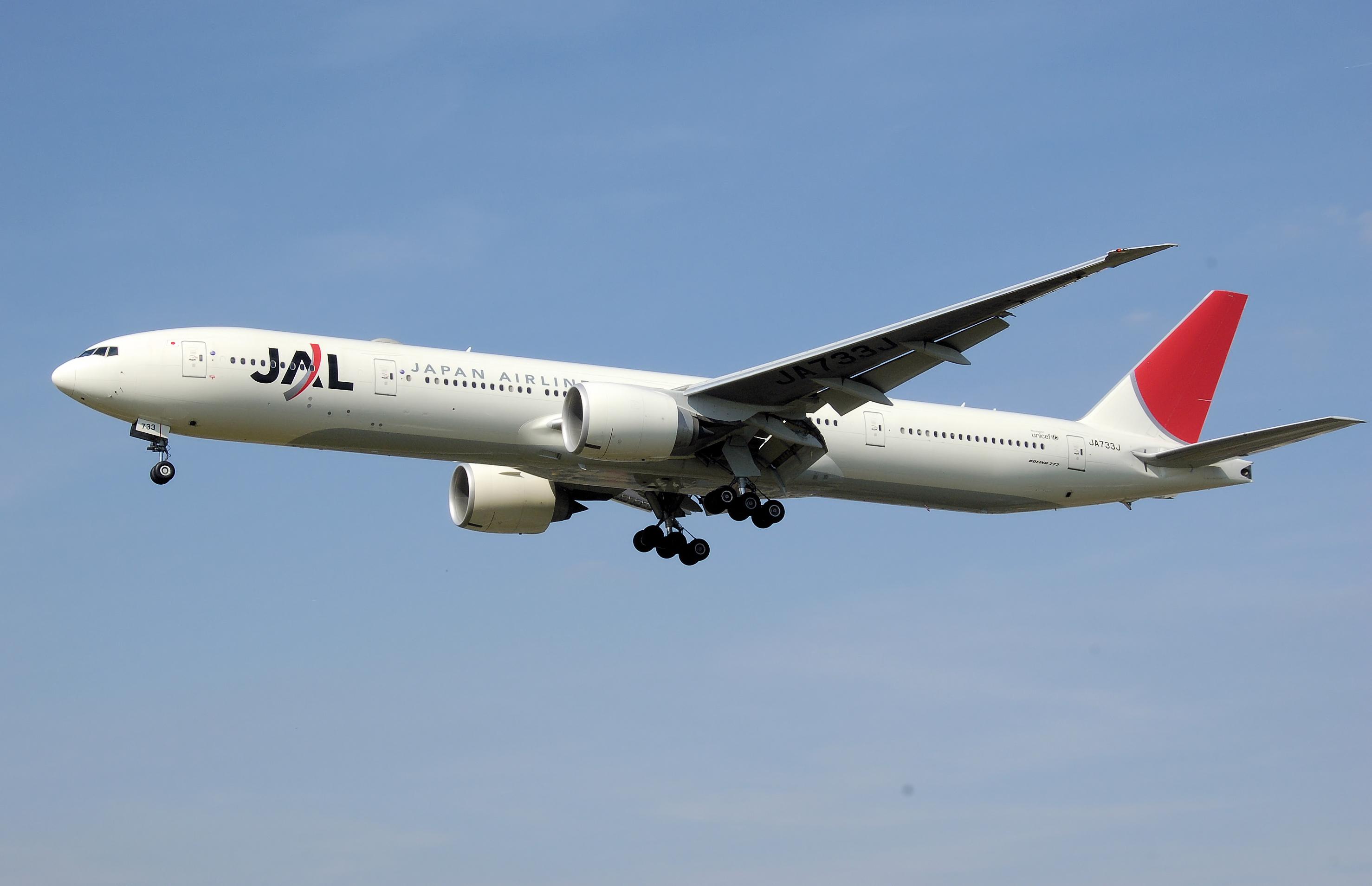 Japan.airlines.b777-300.ja733j.arp.jpg
