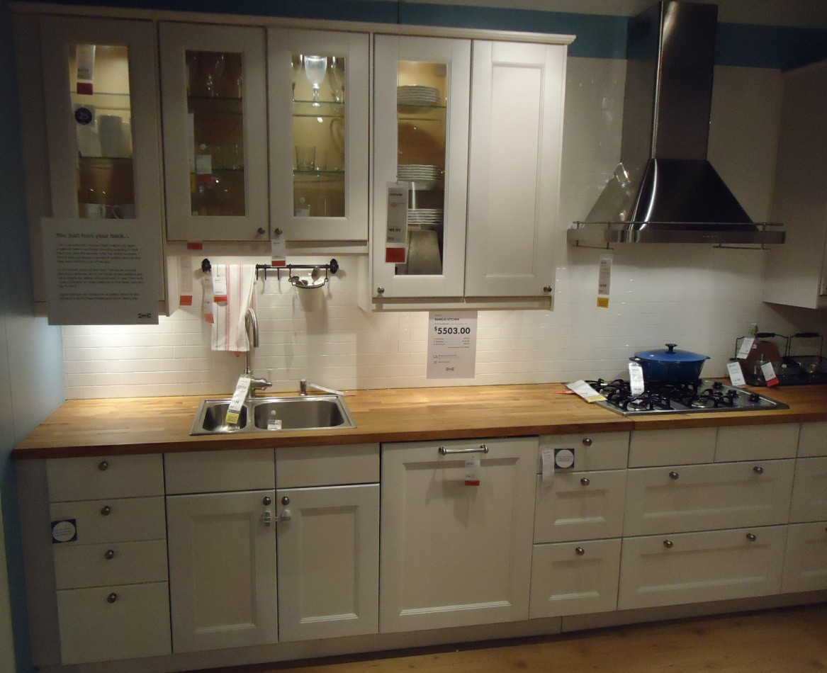 File kitchen design at a store in nj wikimedia commons for Kitchen cupboard designs