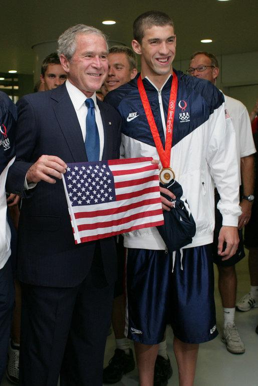 La impresionante vida de Michael Phelps, foto de Michael Phelps con el presidente George Bush, olimpiadas Pekín 2008
