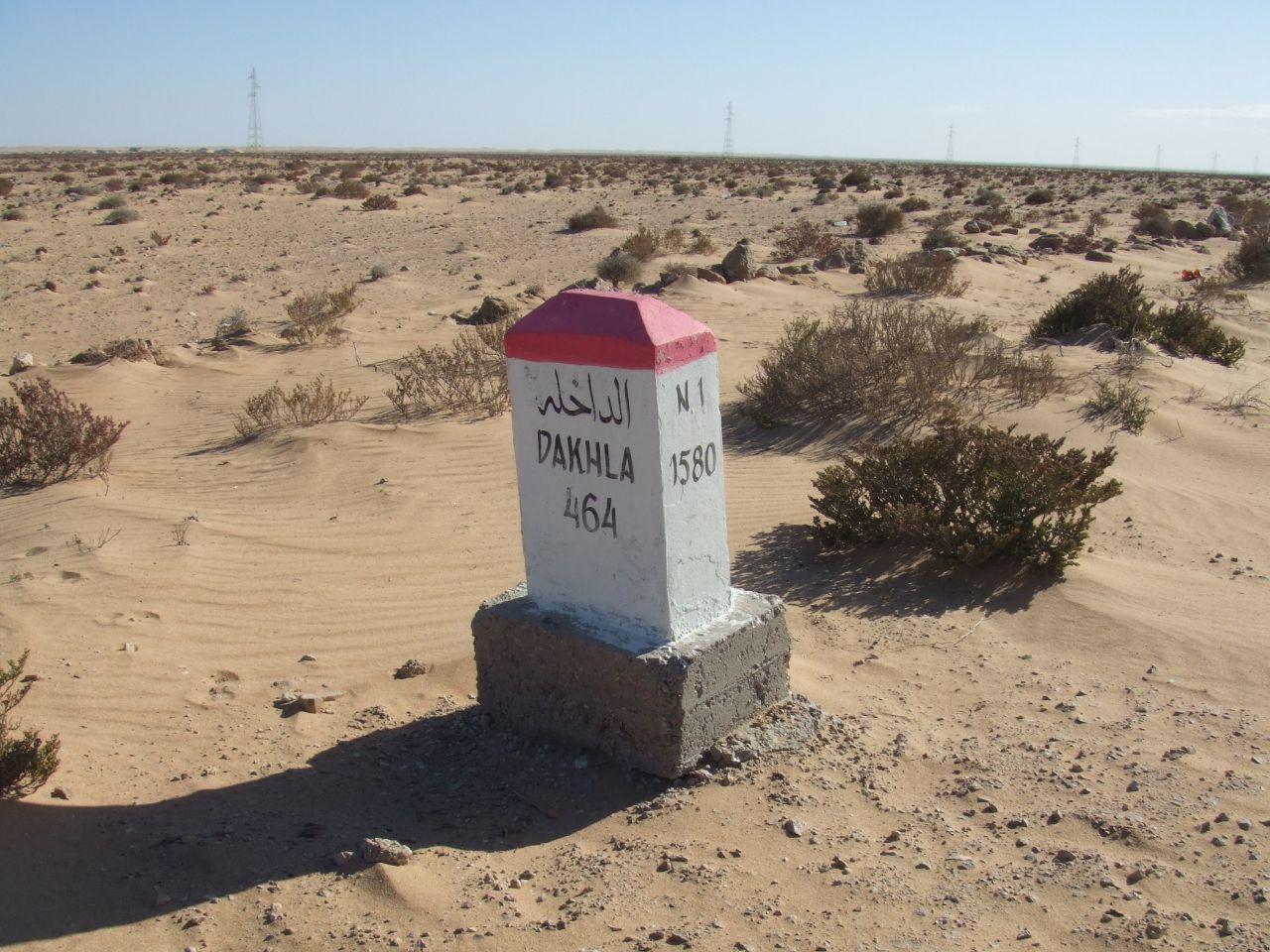 Bombe :p... - Page 2 Mojon_kilometrico_en_la_ruta_N1_indicando_464_km_a_Dajla_(Sahara_Occidental)
