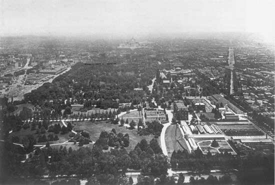 Looking east from the top of the Washington Monument towards the United States Capitol in the summer of 1901. The Mall exhibited the Victorian-era landscape of winding paths and random plantings that Andrew Jackson Downing designed in the 1850s
