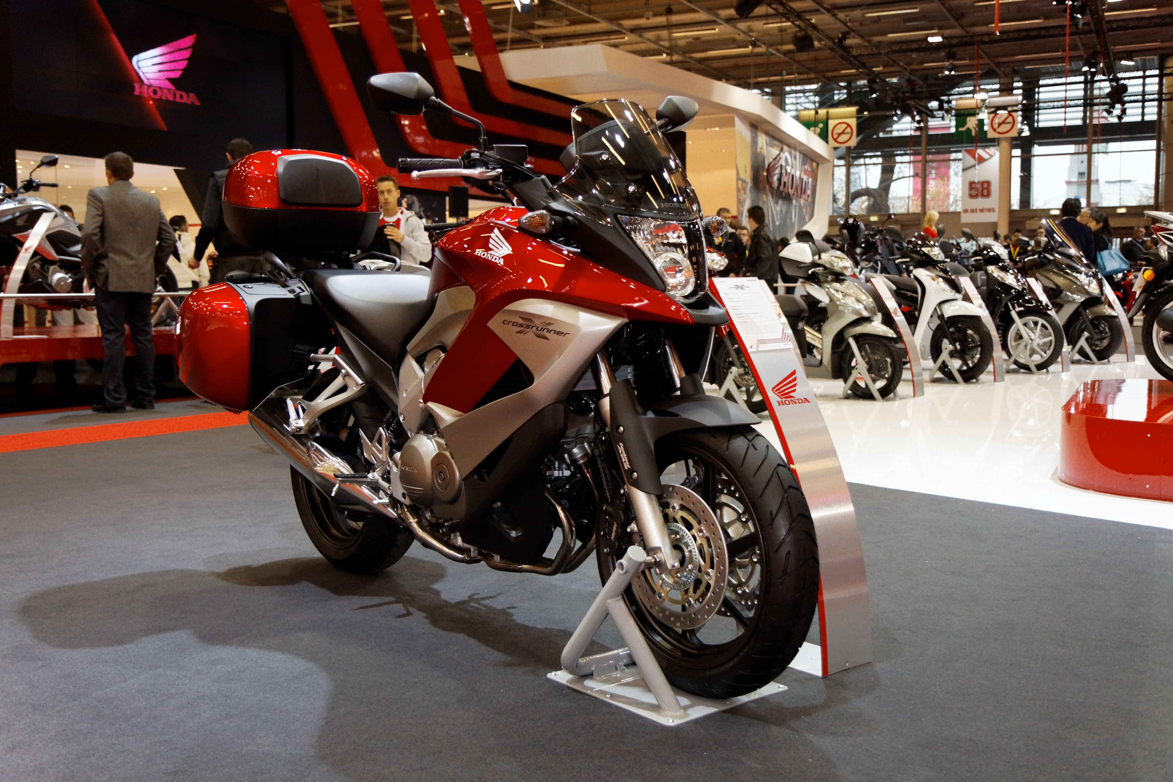 file paris salon de la moto 2011 honda crossrunner. Black Bedroom Furniture Sets. Home Design Ideas
