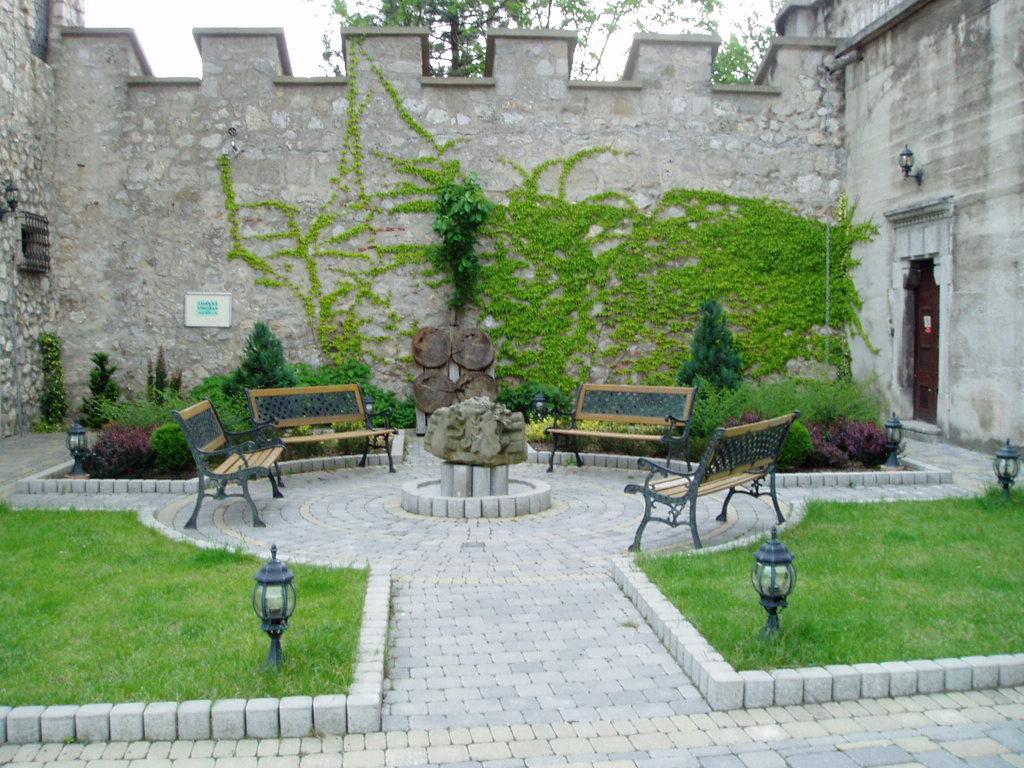 File smolenice castle garden with wikimedia for Courtyard landscape oostburg wi