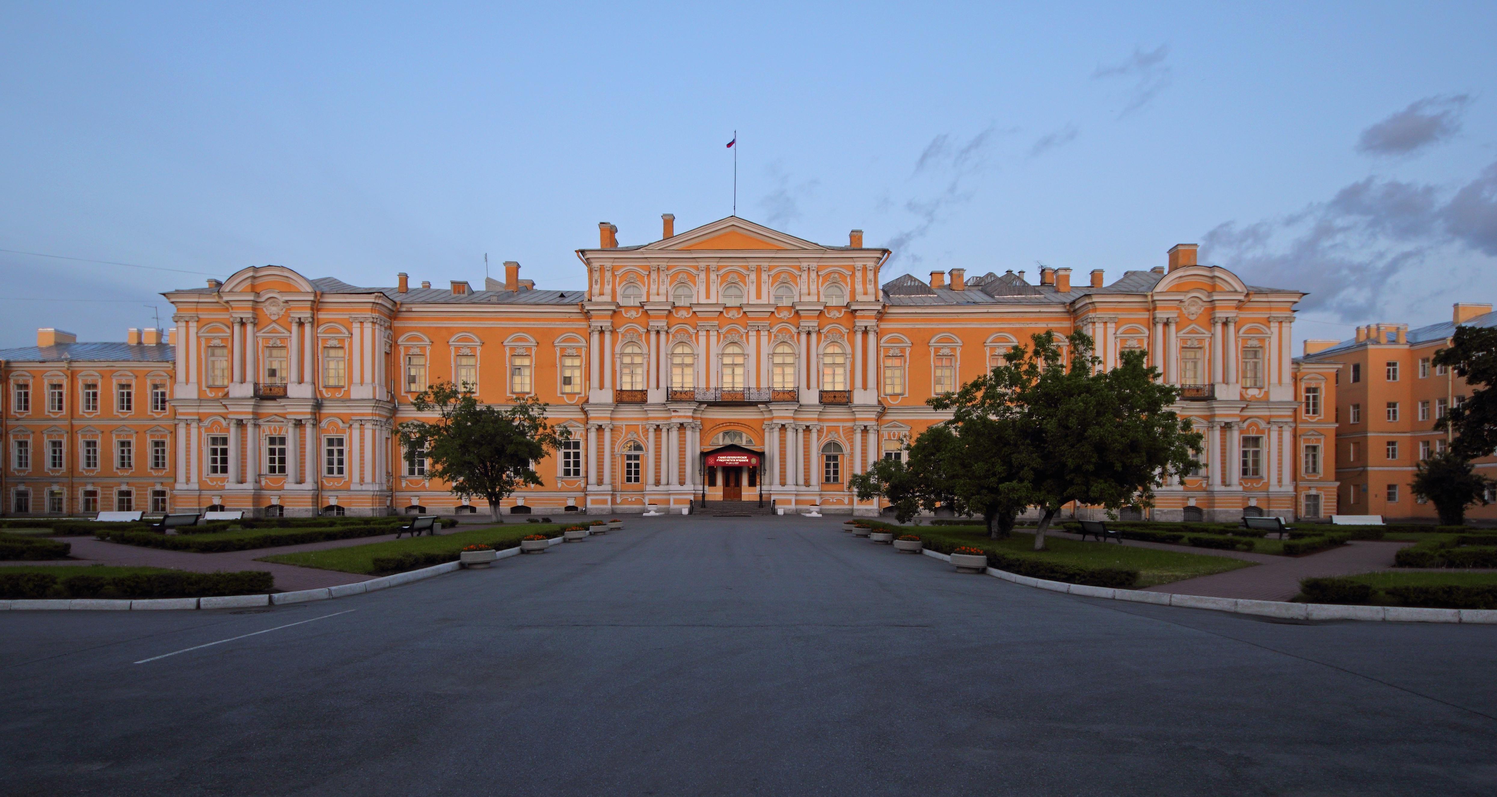 http://upload.wikimedia.org/wikipedia/commons/9/91/Spb_06-2012_Vorontsov_Palace.jpg