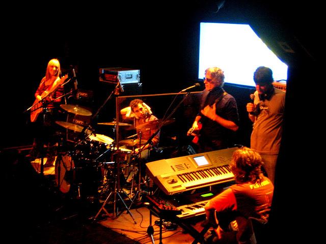 Spinetta en La Trastienda (Buenos Aires, 2007), con la última formación de su banda entre 2005-2011: Nerina Nicotra en bajo, Sergio Verdinelli en batería y Claudio Cardone en teclados.