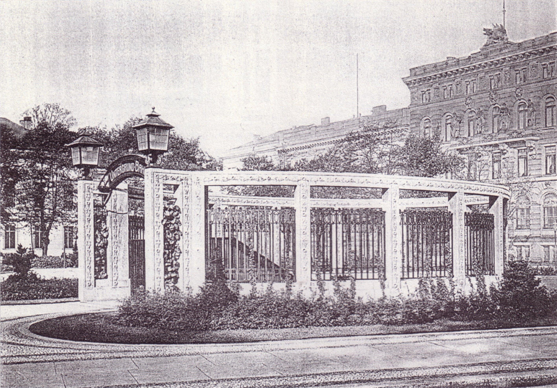 Der Bahnhof passt sich an noble Umgebung des Hotels an Die Station Kaiserhof erhielt einen entsprechend gestalteten Eingang