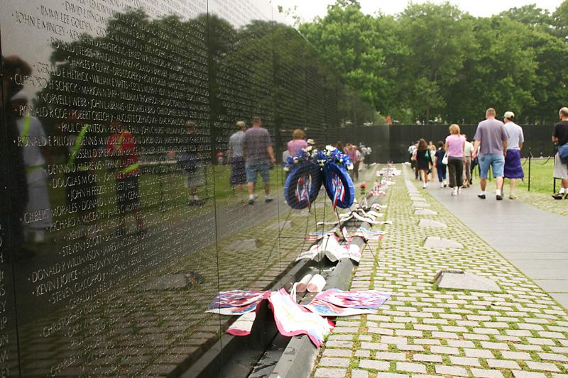 essay vietnam war memorial