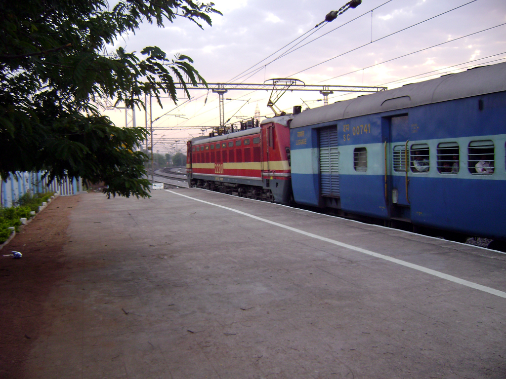 File:17406 Krishna Express with LGD WAP-4 loco 01.jpg