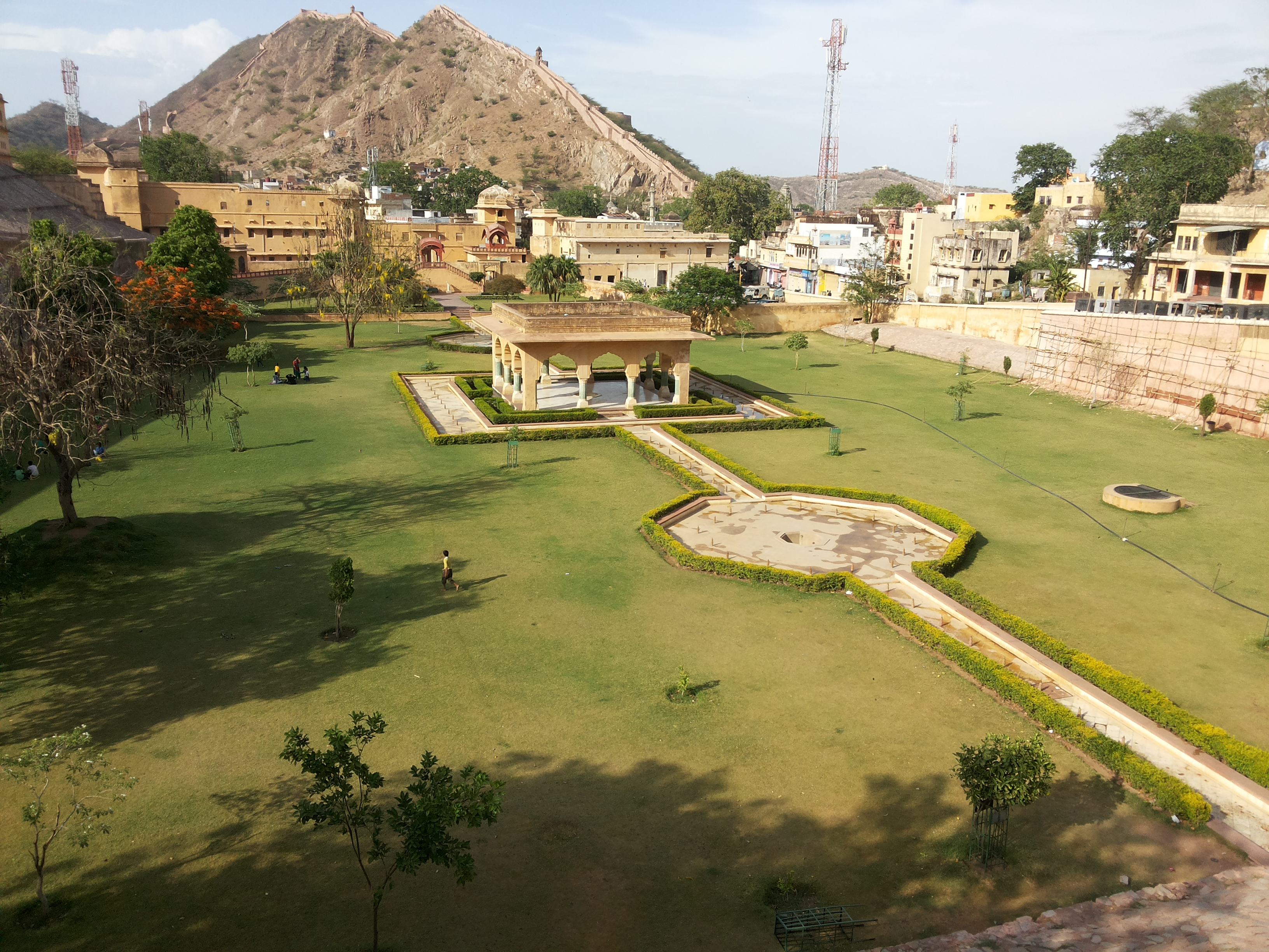 File Amer Fort Gardan Jaipur Jpg Wikimedia Commons
