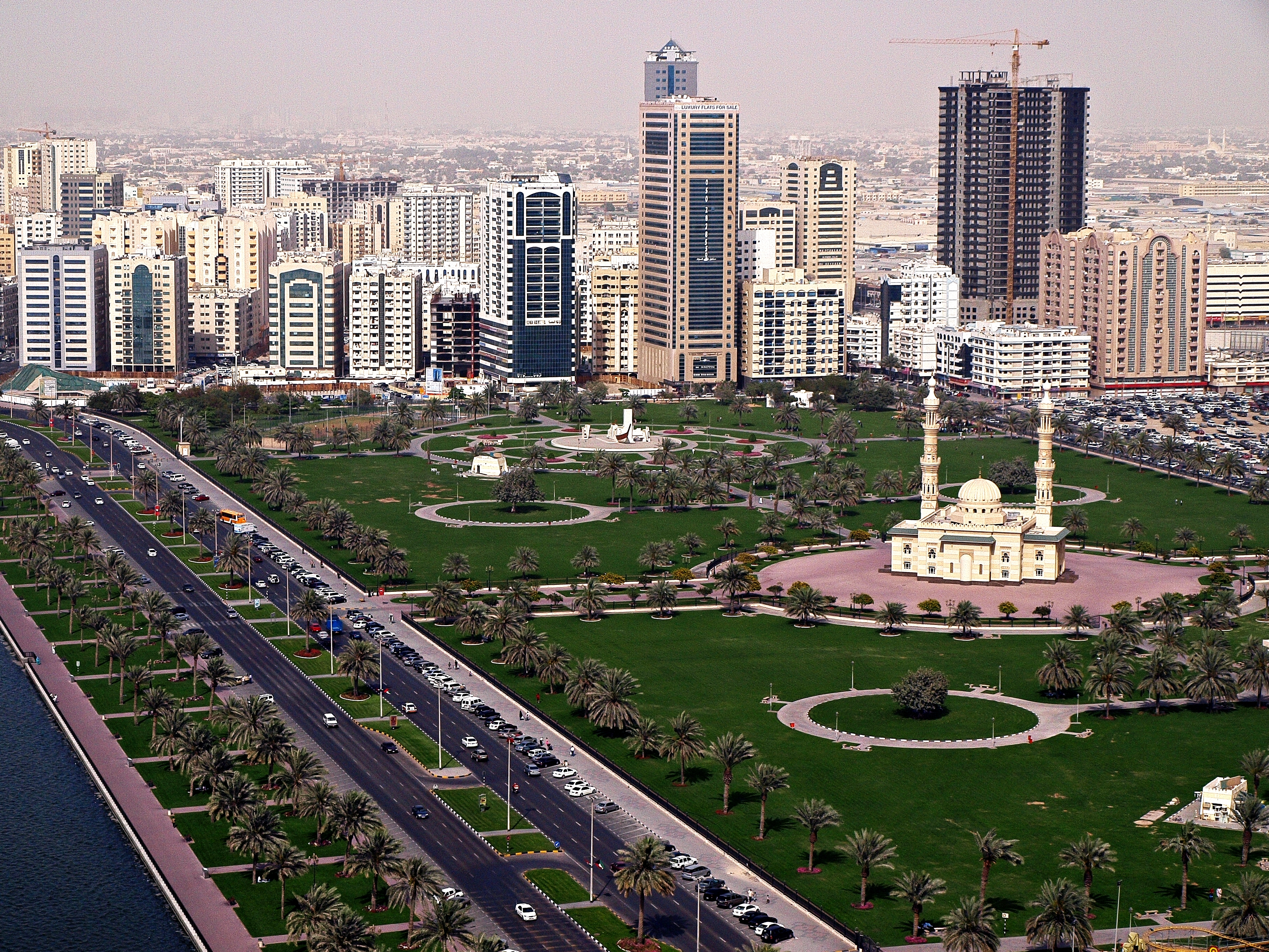 File Abu Dhabi Corniche Skyline Jpg Wikipedia
