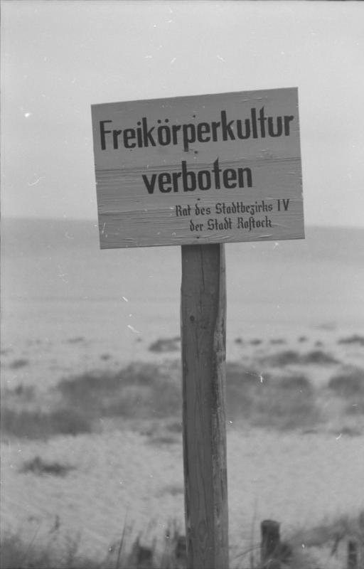 FKK-Verbotsschild am Strand von Warnemünde (August 1953)