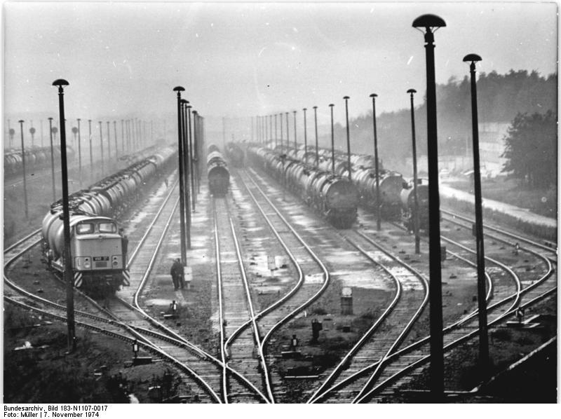 Bundesarchiv_Bild_183-N1107-0017%2C_Schwedt%2C_Gleisanlagen.jpg