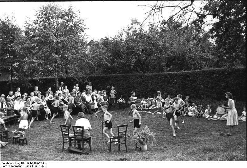 Bundesarchiv Bild 194-0109-23A, Urdenbach, Betreuung von Flüchtlingskindern