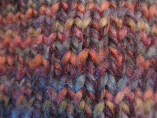 Fitxer:Close up of multi-coloured knitting stitches.jpg