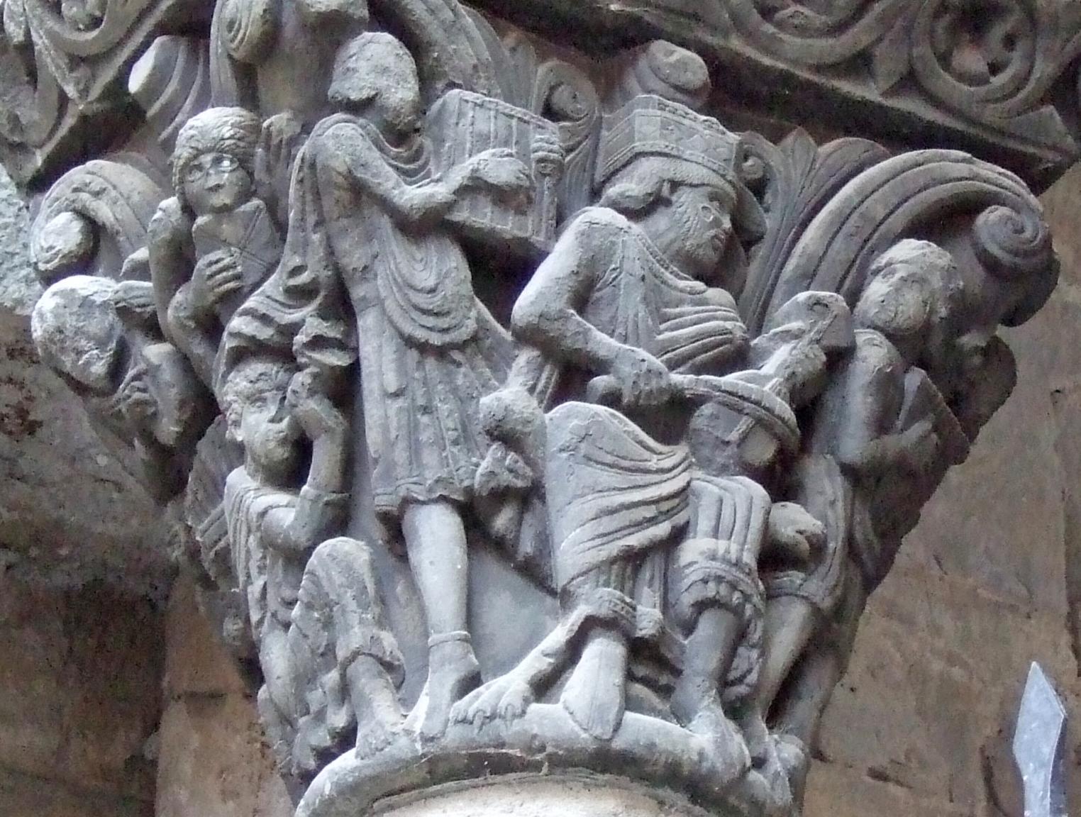 Capitel medieval de la Catedral de Jaca. El capitel muestra al rey David tocando la viola de arco o el rabel, rodeado por diversos músicos.