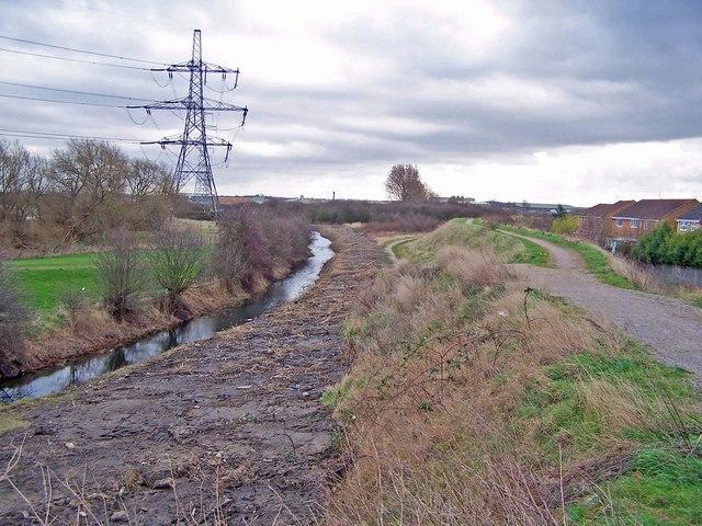 Drain and flood bund - geograph.org.uk - 710816