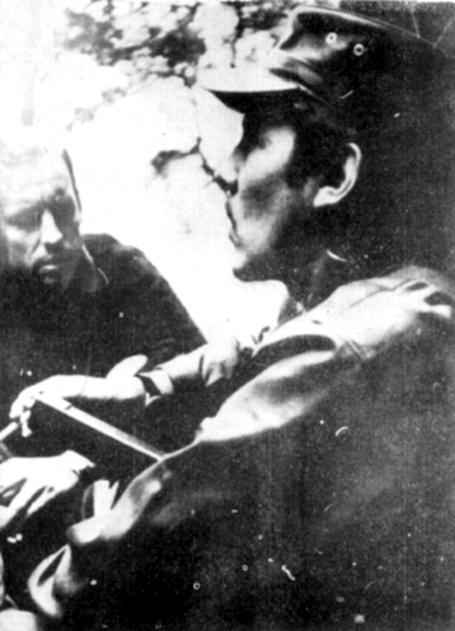 Eduardo Galeano entrevistando al guerrillero César Montes en la selva guatemalteca, a fines de los sesenta.