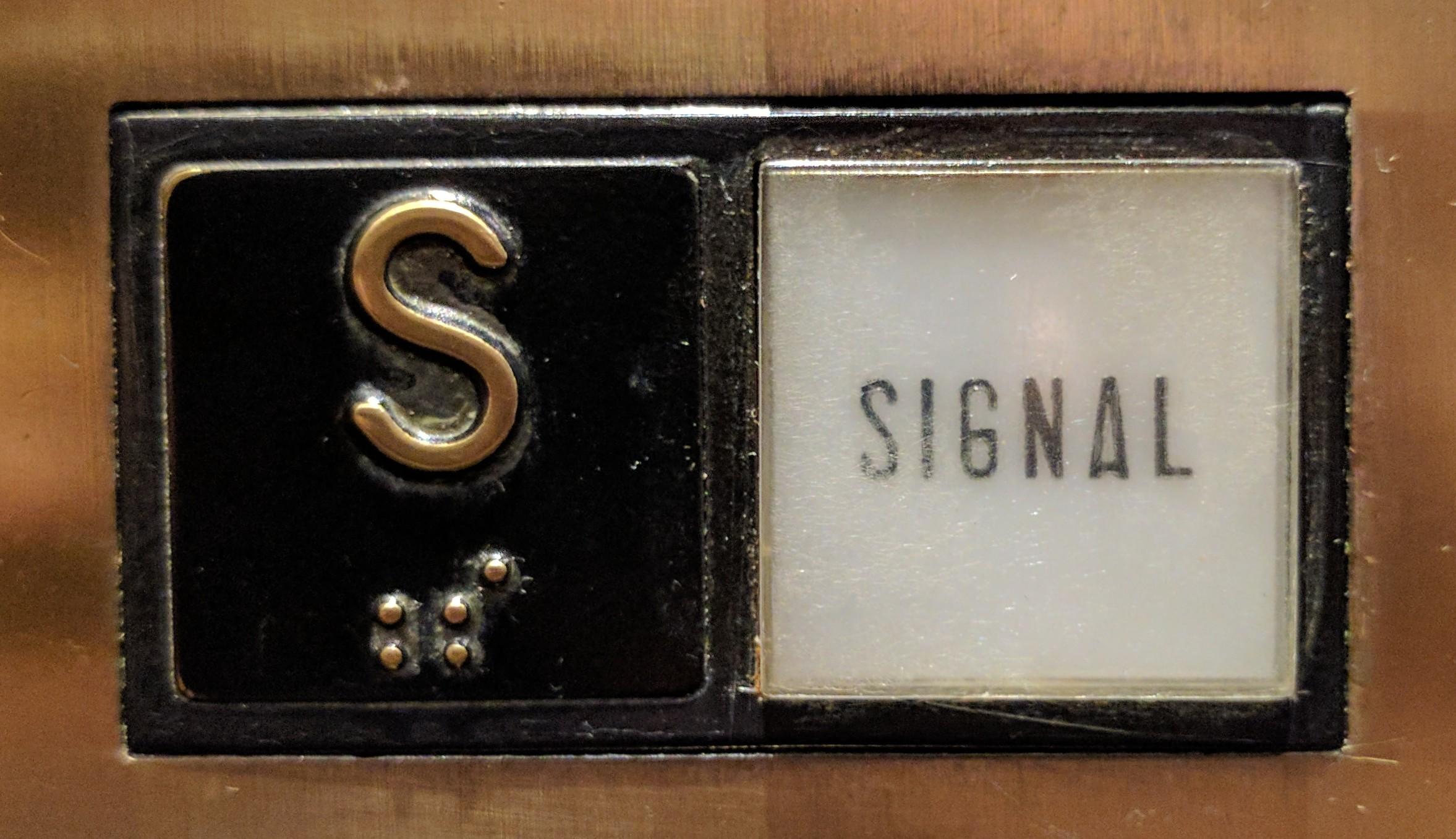 Botón de alarma en un ascensor.