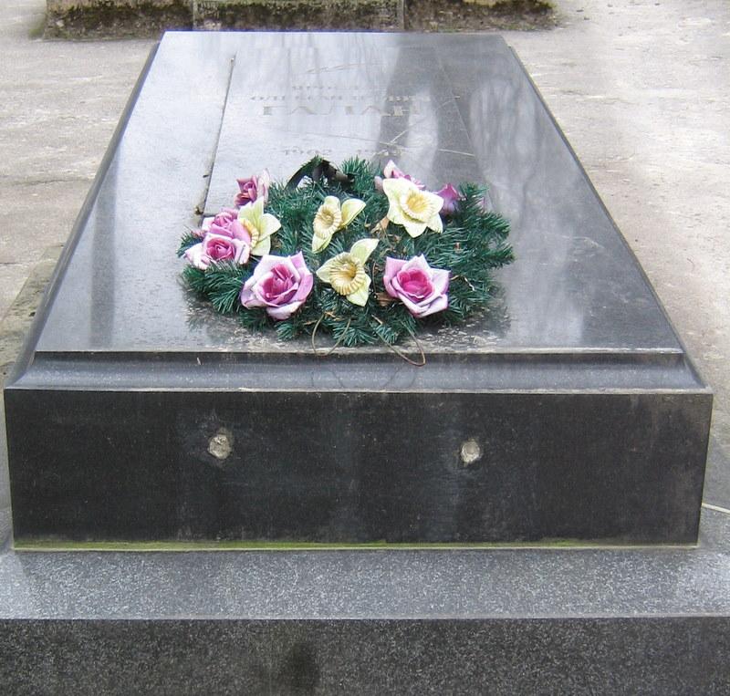 https://upload.wikimedia.org/wikipedia/commons/9/92/Galan_grave.JPG