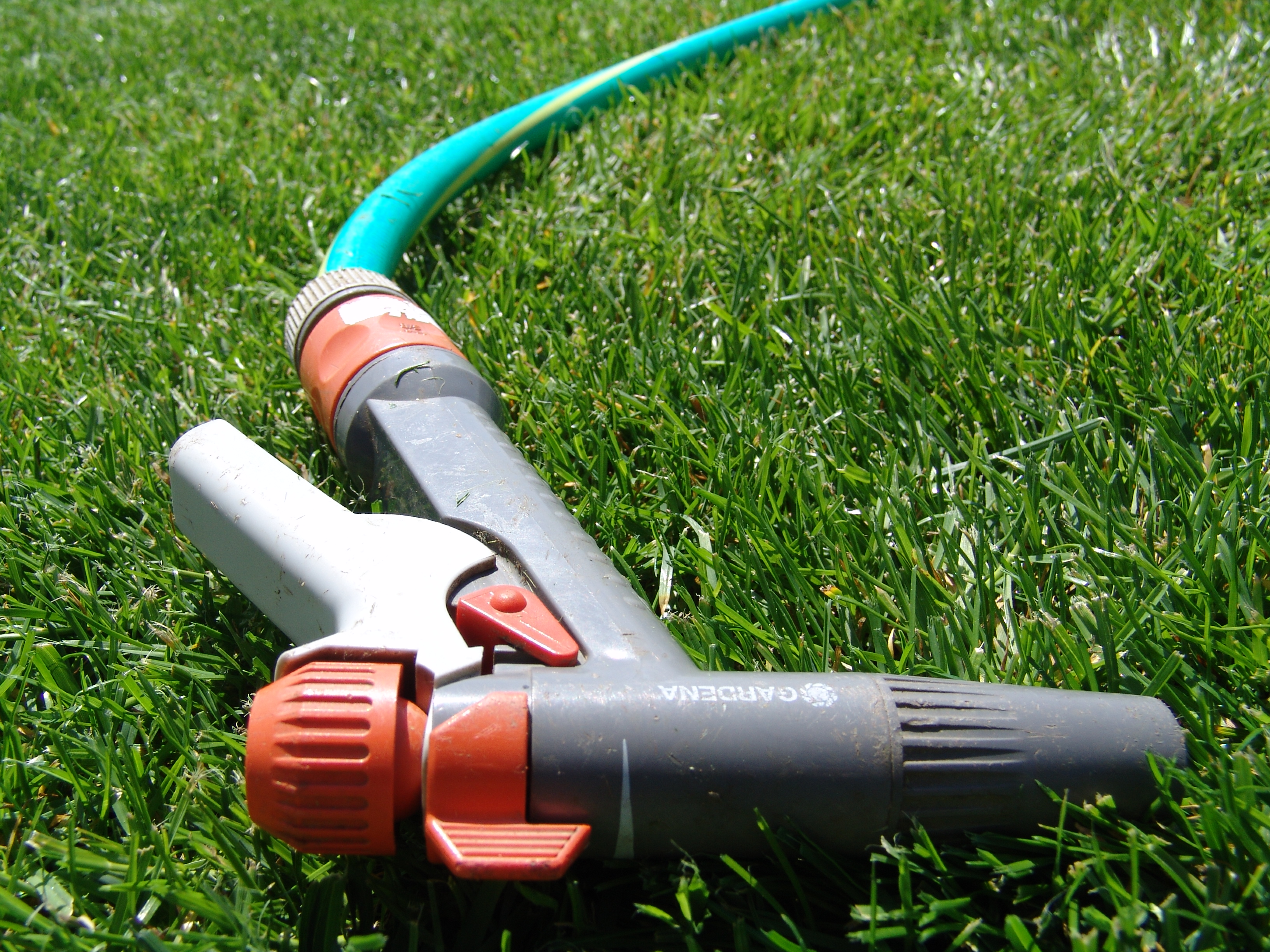File garden hose pistol jpg wikimedia commons for Gardening tools wikipedia