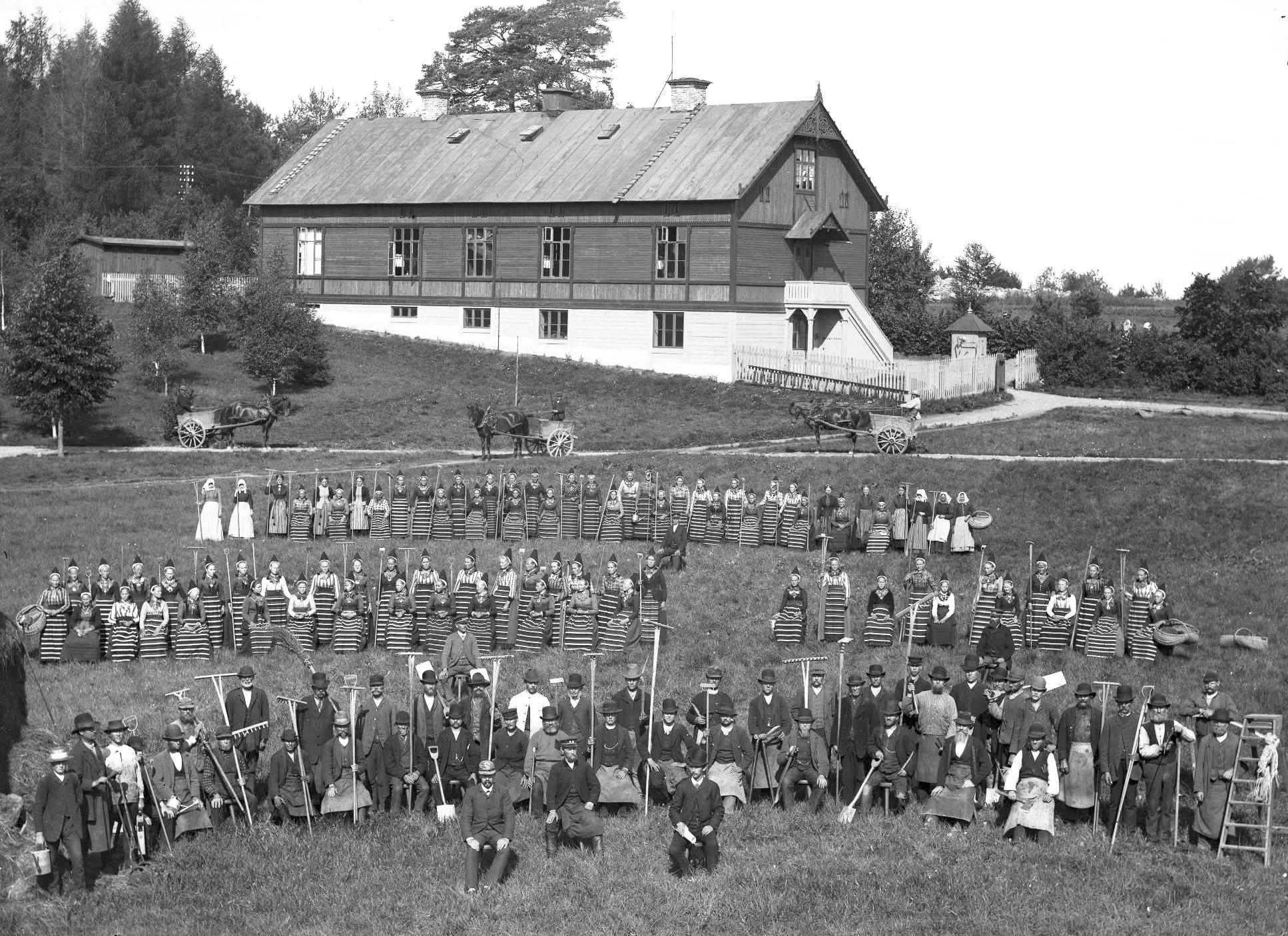 File:Gruppbild. Kyrkogårdsnämndens trädgårdsarbetarkår på Norra begravningsplatsen i Stockholm - Nordiska Museet - NMA.0045039.jpg